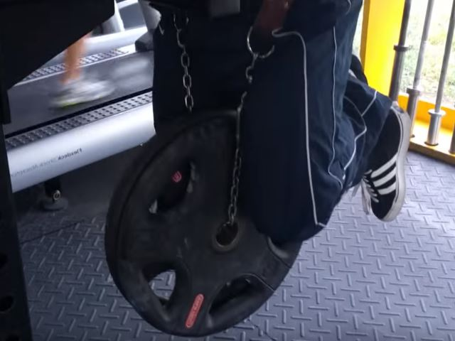 dips with chains in the gym